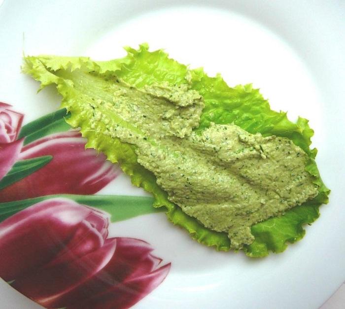 Лист салата с паштетом из семечек